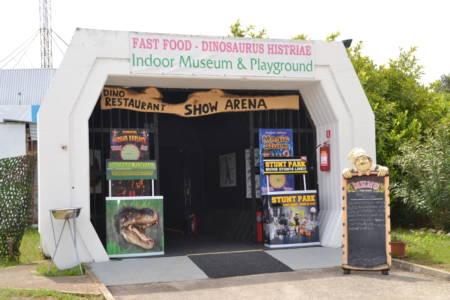 Eingang zur Show Arena im Dinopark